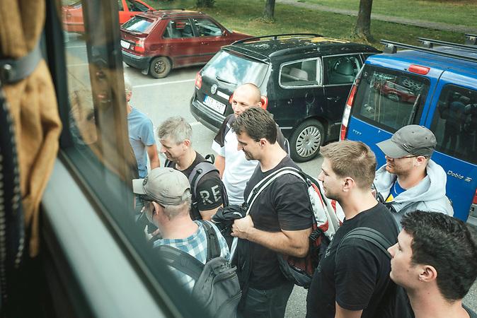 Arbeiter steigen ein, Pendlerbus von Strakonice nach Aicha vorm Wald