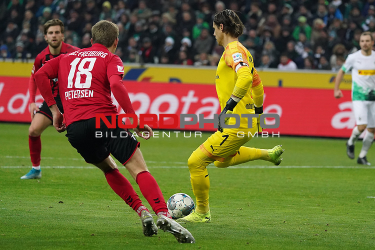 01.12.2019, Borussia Park , Moenchengladbach, GER, 1. FBL,  Borussia Moenchengladbach vs. SC Freiburg,<br />  <br /> DFL regulations prohibit any use of photographs as image sequences and/or quasi-video<br /> <br /> im Bild / picture shows: <br /> Yann Sommer Torwart (Gladbach #1), bewkommt den Ball vor NILS PETERSEN (Freiburg #18), <br /> <br /> Foto © nordphoto / Meuter