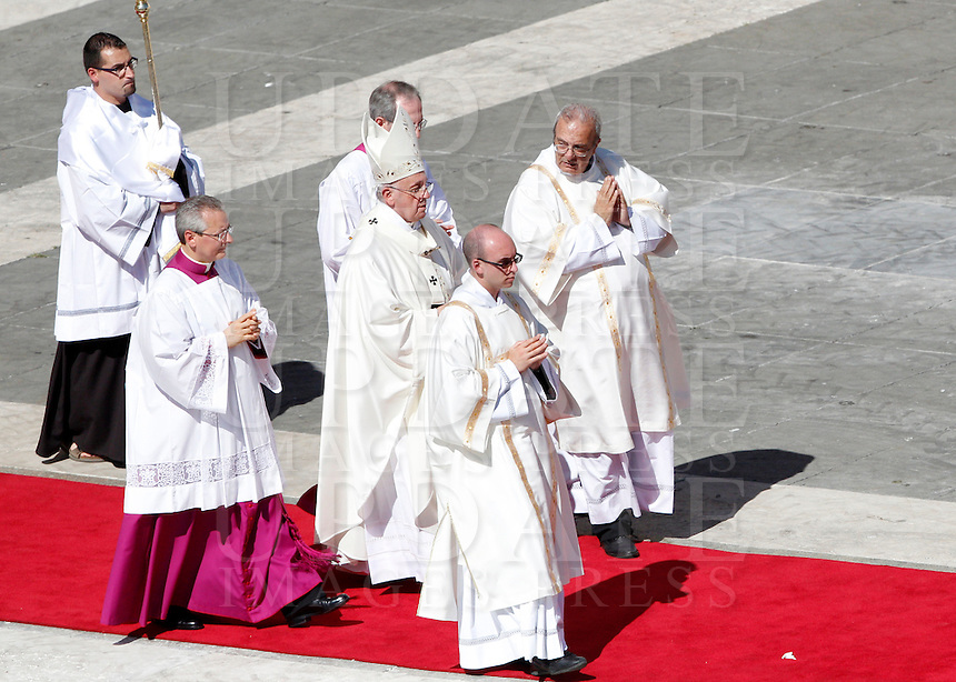 Papa Francesco al termine di una messa in occasione dell'incontro internazionale con gli anziani e i nonni, in Piazza San Pietro, Citta' del Vaticano, 28 settembre 2014.<br /> Pope Francis leaves at the end of a mass on the occasion of the international meeting with elderly and grandparents in St. Peter's square at the Vatican, 28 September 2014.<br /> UPDATE IMAGES PRESS/Riccardo De Luca<br /> <br /> STRICTLY ONLY FOR EDITORIAL USE