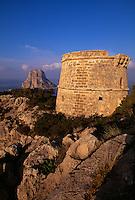 Blick auf die Insel Es Vedra, Wachturm Torre del Pirata (= Torre des Savinar) auf Cap del Jueu, Ibiza, Balearen, Spanien