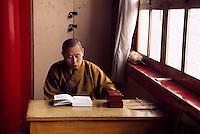 China, Peking, im buddhistischen Tempel FaYuan-Si, Mönch beim Studium religiöser Texte