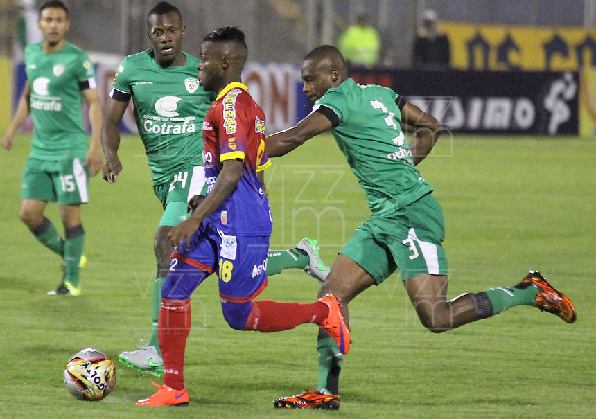 PASTO -COLOMBIA, 04-09-2015. Yuber Asprilla (Izq) jugador del Deportivo Pasto disputa el balón con Wilmer Diaz (Der) jugador de La Equidad durante partido por la fecha 10 de la Liga Águila II 2015 jugado en el estadio La Libertad de la ciudad de Pasto./ Yuber Asprilla (L) player of Deportivo Pasto vies for the ball with Wilmer Diaz (R) player of La Equidad during the match for the 10th date of the Aguila League II 2015 played at La Libertad stadium in Pasto city. Photo: VizzorImage / Leonardo Castro / Cont