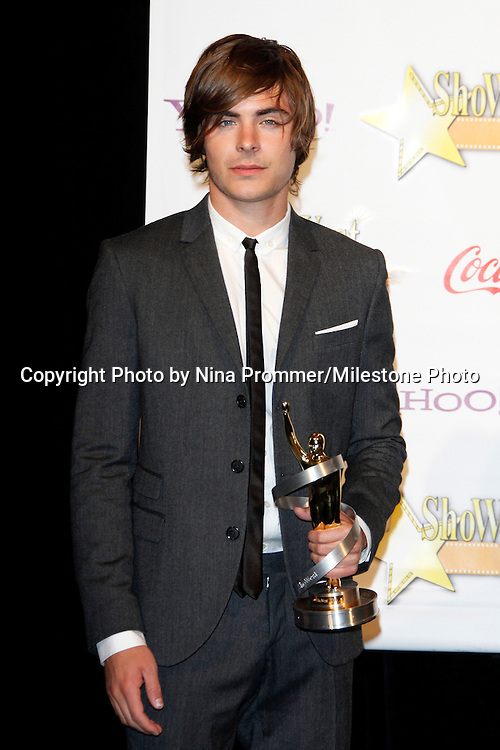 US actor Zac Efron receives the Breakthrough Performer of the Year Award at the 2009 ShoWest Awards in Las Vegas, California 2 April 2009. The closing night ceremony for the 2009 ShoWest features top film industry talent at the final night banquet and awards ceremony.