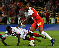 BOGOTÁ - COLOMBIA, 12-01-2019: Arley Rodríguez (Der.) jugador de Independiente Santa Fe disputa el balón con Jhonnier Viveros (Izq.) jugador de América de Cali, durante partido entre Independiente Santa Fe y América de Cali, por el Torneo Fox Sports 2019, jugado en el estadio Nemesio Camacho El Campin de la ciudad de Bogotá. / Arley Rodriguez (R) player of Independiente Santa Fe vies for the ball with Jhonnier Viveros (L) during a match between Independiente Santa Fe and America de Cali, for the Fox Sports Tournament 2019, played at the Nemesio Camacho El Campin stadium in the city of Bogota. Photo: VizzorImage / Luis Ramírez / Staff.