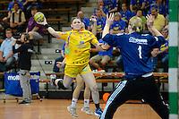 Natalie Augsburg (HCL) im Sprungwurf gegen rechts Julia Renner (VFL) im Tor
