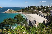 France, Brittany, Département Côtes-d'Armor, Perros-Guirec: resort at Côte de Granit Rose with Trestrignel beach and Pointe du Chateau | Frankreich, Bretagne, Département Côtes-d'Armor, Perros-Guirec: Badeort an der sogenannten Côte de Granit Rose  mit dem Trestrignel beach und dem Pointe du Chateau
