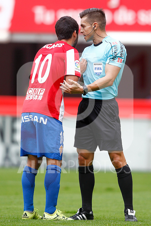 Sporting de Gijon's Nacho Cases have words with the referee Carlos del Cerro Grande during La Liga match. September 24,2016. (ALTERPHOTOS/Acero)