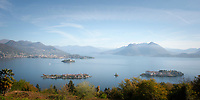 Italy, Piedmont, Stresa: view from district Campino at (left) Isola dei Pescatori (also known as Isola Superiore), (right) Isola Bella with Palazzo Borromeo, in between islet La Malghera, the smallest of the five Borromean Islands (Isole Borromee), behind Isola Madre with Palazzo Madre (Museum) and town Verbania | Italien, Piemont, Stresa: Blick vom Ortsteil Campino auf (links) die Isola dei Pescatori (auch Isola Superiore genannt), (rechts) die Isola Bella mit dem Palazzo Borromeo, zwischen den beiden Inseln liegt das winzige Eiland La Malghera, die kleinste der fuenf Borromaeischen Inseln, im Hintergrund die Isola Madre mit dem Palazzo Madre (Museum) und die Stadt Verbania