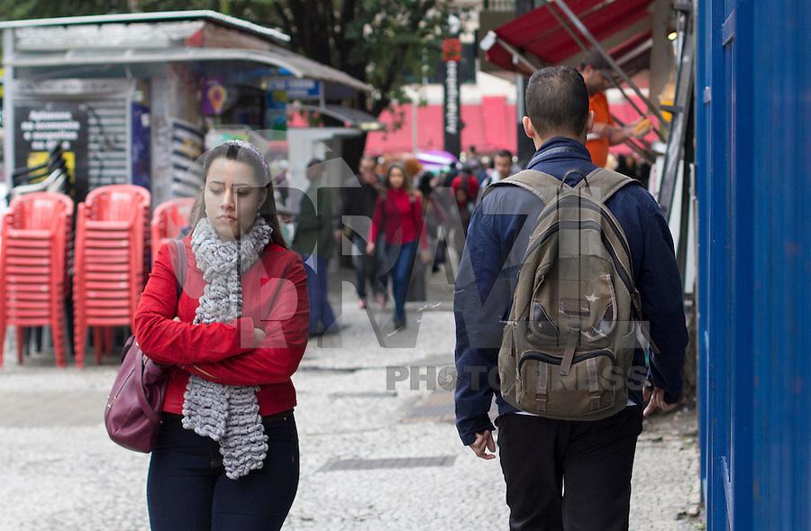 SÃO PAULO, SP, 22.06.2016 - CLIMA-SP- Pedestres se protegem do frio na manhã desta quarta-feira, 22, na saída do Metrô Anhagabaú, na região central de São Paulo.(Foto: Adailton Damasceno/Brazil Photo Press)