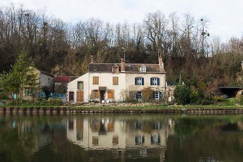 Cepoy, Loiret, Dec 2015. Maison au bord du canal du loing