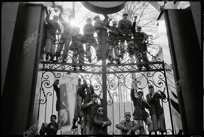 Iranian military guarding the prime minister's office express support to pro-Bakhtiar demonstrators outside. Tehran, January 28, 1979