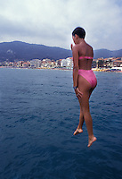 Ragazza si tuffa in mare.Girl diving
