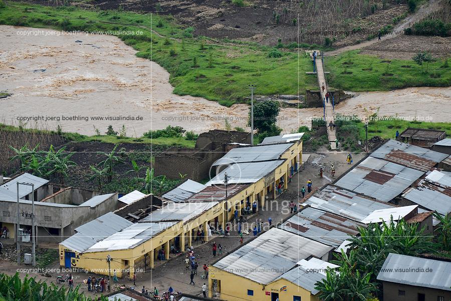 RWANDA, Ruhengeri, suspension bridge to cross a small river / RUANDA, Musanze, Ruhengeri, Haengebruecke in einem Dorf