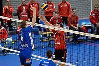 GRONINGEN - Volleybal, Lycurgus - VCV, Eredivisie, seizoen 2017-2018, 07-10-2017,  Lycurgus speler Trifon Lapkov in duel met VCV  speler  Rowan van Vreede