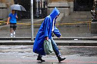 SAO PAULO, SP, 10.12.2013 - Paulistano enfrenta chuva na manhã desta Terça feira (10) no centro de São Paulo. Foto: Adriano Lima / Brazil Photo Press).