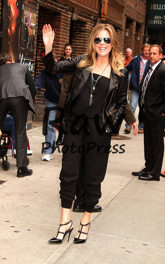 Tom Hanks y Rita Wilson han visitado el programa 'Late Show'.<br /> <br /> May 18, 2015 - New York, New York, U.S. - Actor TOM HANKS and his wife RITA WILSON pose for photos at his appearance on 'The Late Show with David Letterman' held at the Ed Sullivan Theater.