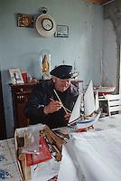 Europe/France/Bretagne/29/Finistère/Ile d'Ouessant: Louis Masson, retraité de la Marine, construisant des maquettes - Marin breton à la retraite [Non destiné à un usage publicitaire - Not intended for an advertising use] [Non destiné à un usage publicitaire - Not intended for an advertising use]