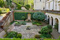 France, Sarthe (72),  Poncé-sur-le-Loir, jardin du château de Poncé en avril, façade nord du château et  patio et galerie à l'italienne