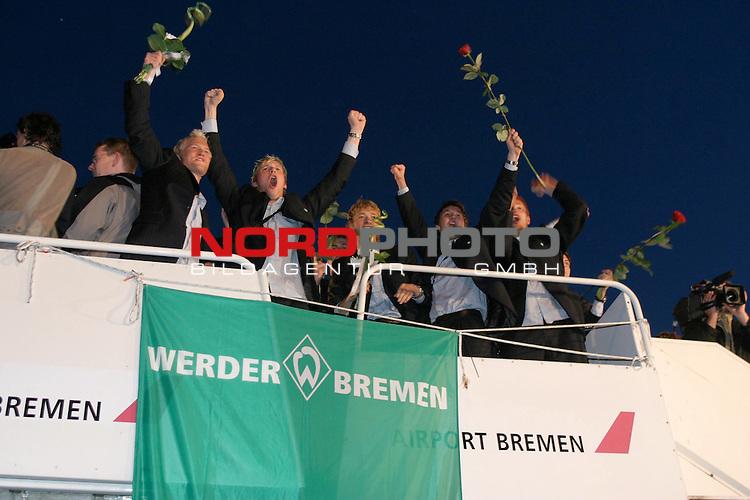 Ankunft des SV Werder Bremen auf dem Bremer Flughafen nach dem Sieg ueber Bayern Muenchen und dem vorzeitigen Gewinn der Meisterschaft 2003/2004<br /> <br /> Triumphaler Empfang fuer die Mannschaft von Werder Bremen auf dem Rollfeld.<br /> <br /> Foto &copy; nordphoto / Volker Sarbach<br />  *** Local Caption *** Foto ist honorarpflichtig! zzgl. gesetzl. MwSt.<br />  Belegexemplar erforderlich<br /> Adresse: nordphoto<br /> Georg-Reinke-Strasse 1<br /> 49377 Vechta