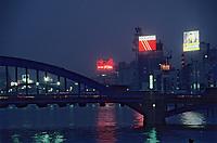 Asie/Japon/Toyko/Asakusa: Les bords de la Sumida et le pont Komagatabashi vus de nuit