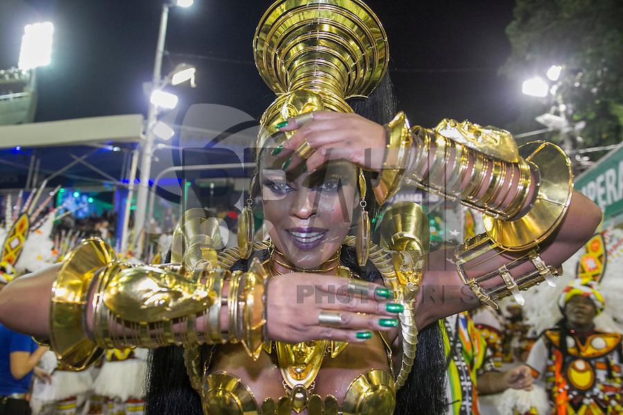 RIO DE JANEIRO, RJ, 17.02.2015 - CARNAVAL 2015 - RIO DE JANEIRO - GRUPO ESPECIAL / IMPERATRIZ - Atriz Cris Vianna rainha da Bateria da escola de samba Imperatriz durante desfile do grupo Especial do Carnaval do Rio de Janeiro, na madrugada desta terça-feira (16). ( Foto: Paulo Lisboa / Brazil Photo Press).