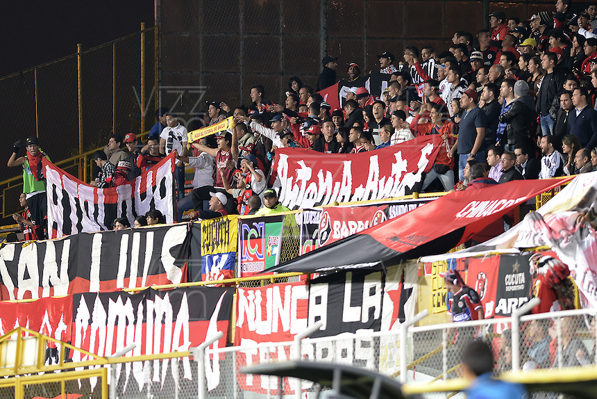 BOGOTÁ -COLOMBIA, 17-01-2015. Hinchas del Cúcuta alentan a su equipo durante el encuentro entre Atletico Bucaramanga y Cúcuta Deportivo por la fecha 2 de los cuadrangulares de ascenso Liga Aguila 2015 jugado en el estadio Metropolitano de Techo de la ciudad de Bogotá./ Supporters of Cucuta encourage their team during the match between Atletico Bucaramanga and Cucuta Deportivo for the second date of the promotional quadrangular Aguila League 2015 played at Metropolitano de Techo stadium in Bogotá city. Photo: VizzorImage/ Gabriel Aponte / Staff
