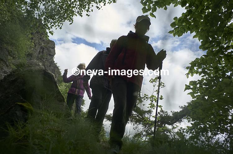 Sur les bisses entre Vercorin, Briey et Niouc Pascale Haegler accompagnatrice en montagne, avec son coach François castille emmène une équipe afin de leur enlever la peur du vide, ce petit stage de 3 jours devrait les rendre plus fort face a cette heure quand ils sont en randonnées © sedrik nemeth