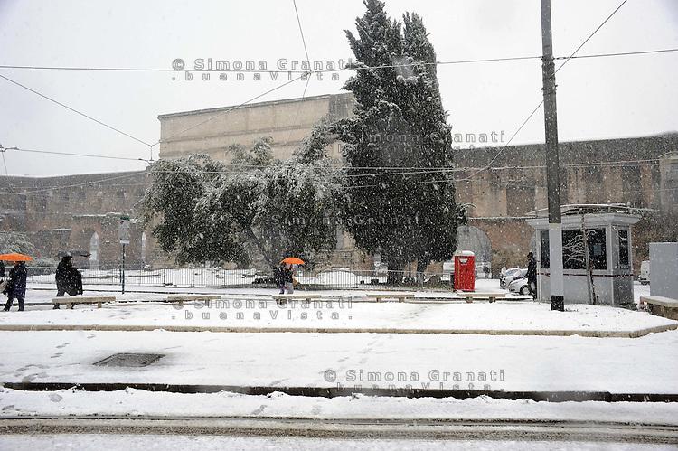 Roma, 11 Febbraio 2012.Piazza di Porta Maggiore.Nevicata