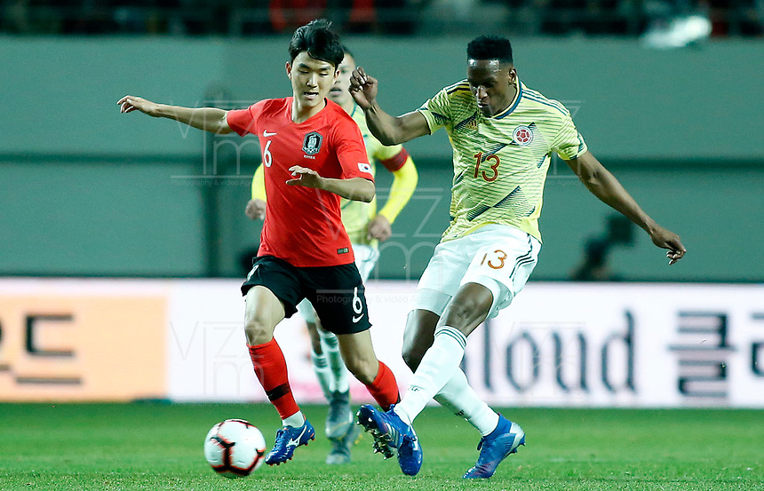 SEÚL – COREA DEL SUR, 26-03-2019: Hawang Inbeom de Corea disputa el balón con Yerry Mina de Colombia durante partido amistoso de la fecha FIFA marzo 2019 entre las selecciones de Corea del Sur y Colombia jugado en el estadio Mundialista de Seúl. / Hawang Inbeom of Korea vies for the ball with Yerry Mina of Colombia during friendly match for the FIFA date March 2019 between national teams of South Korea and Colombia played at Seoul World Cup Stadium. Photos: VizzorImage / Julian Medina / Cont / FCF