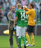 FUSSBALL   1. BUNDESLIGA   SAISON 2012/2013   2. Spieltag SV Werder Bremen - Hamburger SV                     01.09.2012         Manager Klaus Allofs (li und Aaron Hunt (re, beide SV Werder Bremen) nach dem Abpfiff