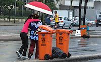 RIO DE JANEIRO, RJ, 05 AGOSTO 2012 -CLIMA TEMPO NA CAPITAL CARIOCA-Movimentacao em Copacabana,nesta tarde de domingo, 05 de agosto com chuva, em Copacabana,zona sul do rio.(FOTO: MARCELO FONSECA / BRAZIL PHOTO PRESS).