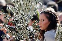 Una ragazza durante la messa della Domenica delle Palme celebrata da Papa Francesco in Piazza San Pietro, 20 marzo 2016.<br /> A girl attends the Palm Sunday mass celebrated by Pope Francis in St. Peter's Square at the Vatican, 20 March 2016.<br /> UPDATE IMAGES PRESS/Riccardo De Luca<br /> <br /> STRICTLY ONLY FOR EDITORIAL USE