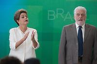 BRASILIA, DF, 19.11.2015 - DILMA-NEGROS-  A presidente Dilma Rousseff e o ministro da Casa Civil, Jaques Wagner,  durante a cerimônia comemorativa do Dia Nacional da Consciência Negra, no Palácio do Planalto, nesta quinta-feira, 19. (Foto:Ed Ferreira / Brazil Photo Press/Folhapress)