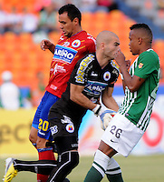 MEDELLIN - COLOMBIA-07-07-2013: John Pajoy (Der.) jugador del Atletico Nacional disputa el balón con Alvarez Martinez  (Izq.) jugador del Deportivo Pasto, durante partido en el estadio Atanasio Girardot de la ciudad de Medellin, julio 7 de 2013. Atletico Nacional y Deportivo Pasto durante partido por la sexta fecha de los cuadrangulares semifinales de la Liga Postobon I. (Foto: VizzorImage / Luis Rios / Str).  John Pajoy (R) player of Atletico Nacional fights for the ball with Alvarez Martinez (L) player from Deportivo Pasto during game in the Atanasio Girardot stadium in Medellin City, July 7, 2013. Atletico Nacional and Deportivo Pasto, during match for the sixth round of the semi finals of the Postobon League I. (Photo: VizzorImage / Luis Rios / Str).