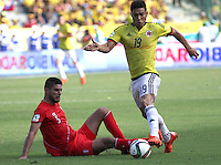 BARRANQUILLA  - COLOMBIA - 8-10-2015:  Teofilo Gutierrez jugador de la seleccion Colombia  disputa el balon con , Carlos Zambrano  de la seleccion Peru durante primer partido  por por las eliminatorias al mundial de Rusia 2018 jugado en el estadio Metropolitano Roberto Melendez  / :  Teofilo Gutierrez player of Colombia  fights for the ball with , Carlos Zambrano of selection of Peru during first qualifying match for the 2018 World Cup Russia played at the Estadio Metropolitano Roberto Melendez. Photo: VizzorImage / Felipe Caicedo / Staff.
