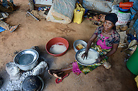 TANZANIA Geita, artisanal gold mining in Nyarugusu, women pepares rice for the miner / TANSANIA Geita, kleine Goldmine in Nyarugusu, Frau bereitet das Essen fuer Bergleute zu, Reis
