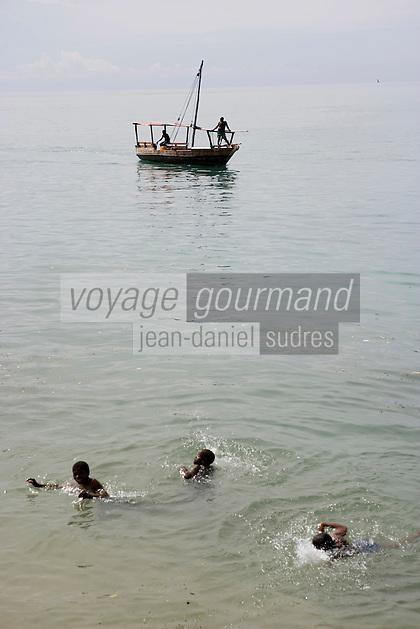Afrique/Afrique de l'Est/Tanzanie/Zanzibar/Ile Unguja/Stone Town: la plage enfants se baignant et bateau de pécheurs [devant les jardins Forodhani]