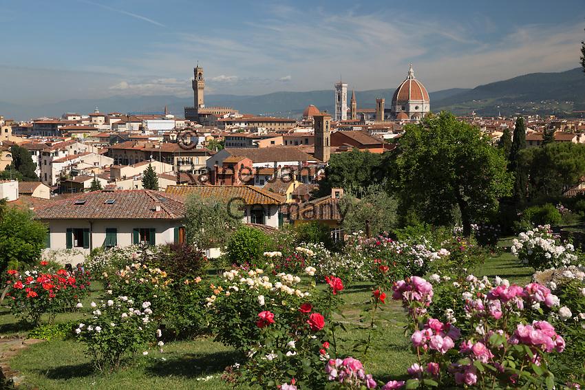 Italy, Tuscany, Florence: view over Florence from the Rose Garden below Piazza Michelangelo | Italien, Toskana, Florenz: Blick ueber die Altstadt vom Rosengarten unterhalb der Piazza Michelangelo