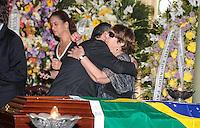 RIO DE JANEIRO, 07 DE DEZEMBRO 2012 - MORTE OSCAR NIEMEYER -viúva de Niemeyer, Vera Lúcia Niemeyer consolada pelo governador Sergio Cabral durante velório do arquiteto Oscar Niemeyer realizado nesta sexta-feira (07) no Palácio da Cidade, no Rio de Janeiro (RJ). Niemeyer morreu aos 104 anos, no Hospital Samaritano, em Botafogo, onde estava internado em estado grave e respirando com a ajuda de aparelhos, por causa de uma infecção respiratória. FOTO: VANESSA CARVALHO - BRAZIL PHOTO PRESS.
