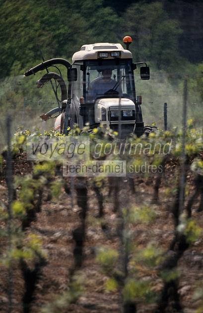 Europe/France/Midi-Pyrénées/46/Lot/Glanes: Traitement des vignes - Vin de Glanes - Sulfatage des vignes au tracteur