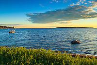 Sommarkväll vid en strand på Torö i Stockholms skärgård. / Summer evening at a beach in Torö in the Stockholm archipelago.