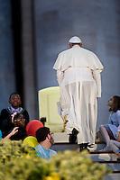 Papa Francesco lascia Piazza San Pietro al termine della veglia di preparazione con le famiglie in occasione della giornata della famiglia. Pope Francis greets the crowd during the Family Day at St Peter's square.