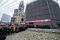 Gedenken am Dienstag den 19. Dezember 2017 anlaesslich des 1. Jahrestag des Terroranschlag auf den Weihnachtsmarkt auf dem Berliner Breitscheidplatz am 19.12.2016 durch den Terroristen Anis Amri.<br /> Im Bild: Teilnehmer des Gedenkgottesdienst in der Kaiser-Wilhelm Gedaechtniskirche haben sich im Anschluss an den Gottesdienst am Gedenkort vor der Kirche versammelt. Unter ihnen viele Angehoerige der 12 Ermordeten und Politiker.<br /> 19.12.2017, Berlin<br /> Copyright: Christian-Ditsch.de<br /> [Inhaltsveraendernde Manipulation des Fotos nur nach ausdruecklicher Genehmigung des Fotografen. Vereinbarungen ueber Abtretung von Persoenlichkeitsrechten/Model Release der abgebildeten Person/Personen liegen nicht vor. NO MODEL RELEASE! Nur fuer Redaktionelle Zwecke. Don't publish without copyright Christian-Ditsch.de, Veroeffentlichung nur mit Fotografennennung, sowie gegen Honorar, MwSt. und Beleg. Konto: I N G - D i B a, IBAN DE58500105175400192269, BIC INGDDEFFXXX, Kontakt: post@christian-ditsch.de<br /> Bei der Bearbeitung der Dateiinformationen darf die Urheberkennzeichnung in den EXIF- und  IPTC-Daten nicht entfernt werden, diese sind in digitalen Medien nach §95c UrhG rechtlich geschuetzt. Der Urhebervermerk wird gemaess §13 UrhG verlangt.]