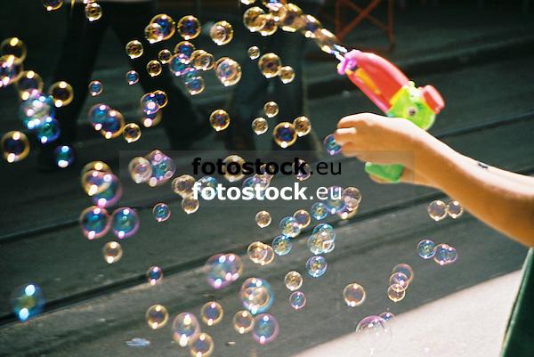 soap-bubbles pistol<br /> <br /> pistola de pompas de jab&oacute;n<br /> <br /> Seifenblasenpistole<br /> <br /> 1840 x 1232 px<br /> Original: 35 mm