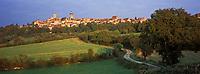 Europe/France/89/Bourgogne/Yonne/Vézelay: Lumière du soir sur le village