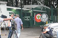 SÃO PAULO,SP, 10.03.2016 - FUTEBOL-PALMEIRAS - Movimentação da imprensa em frente à Academia de Futebol no dia seguinte à demissão do técnico Marcelo Oliveira na tarde desta quinta-feira (10). ( Foto : Marcio Ribeiro / Brazil Photo Press)