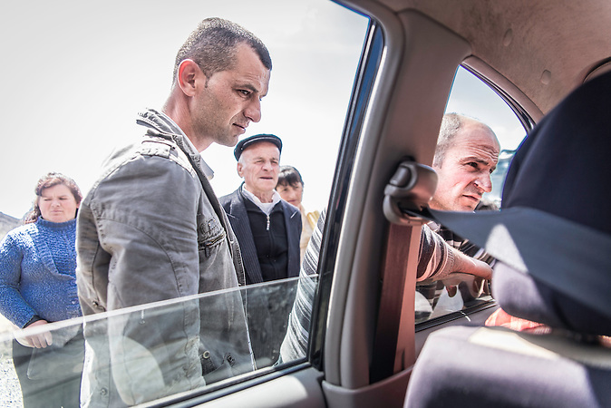 Die Leute fragen den Vertreter des Stromkonzerns nach dem Stromdiebstahl wie es weitergeht, Burrisht, Shpati, 2013, Strom wird  in Albanien hauptsächlich aus Wasserkraft gewonnen. Zu kommunistischen Zeiten wurde das Land elektrifiziert. Die Infrastruktur kann aber mit dem hohen Verbrauch heutzutage nicht mithalten