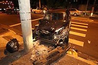 SÃO PAULO, SP, 06/02/2013, ACIDENTE V. PRUDENTE. Dois veiculos colidiram na Av. Jacinto Menezes Palhares  altura do nº 300, um dos carros acabou batendo em um poste. Duas pessoas ficaram feridas, uma delas não usava cinto de segurança, batendo a cabeça contra o parabrisas, ambas foram socorridas pelos Bombeiros. Luiz Guarnieri/ Brazil Photo Press