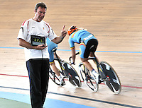 CALI - COLOMBIA - 25-02-2014: El entrenador del equipo femenino de Belgica da instrucciones durante entreno en el Velodromo Alcides Nieto Patiño, sede del Campeonato Mundial UCI de Ciclismo Pista 2014. / The women's team coach of Belgium gives instructions during trained session at the Alcides Nieto Patiño Velodrome, home of the 2014 UCI Track Cycling World Championships. Photos: VizzorImage / Luis Ramirez / Staff.