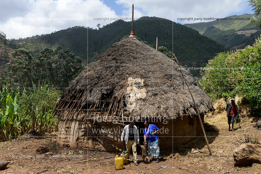 ETHIOPIA Taza Catholic Health Center, Kambata village / AETHIOPIEN Taza Catholic Health Center, Sr. Meskel Kelta besucht das Kambata Dorf Sululu
